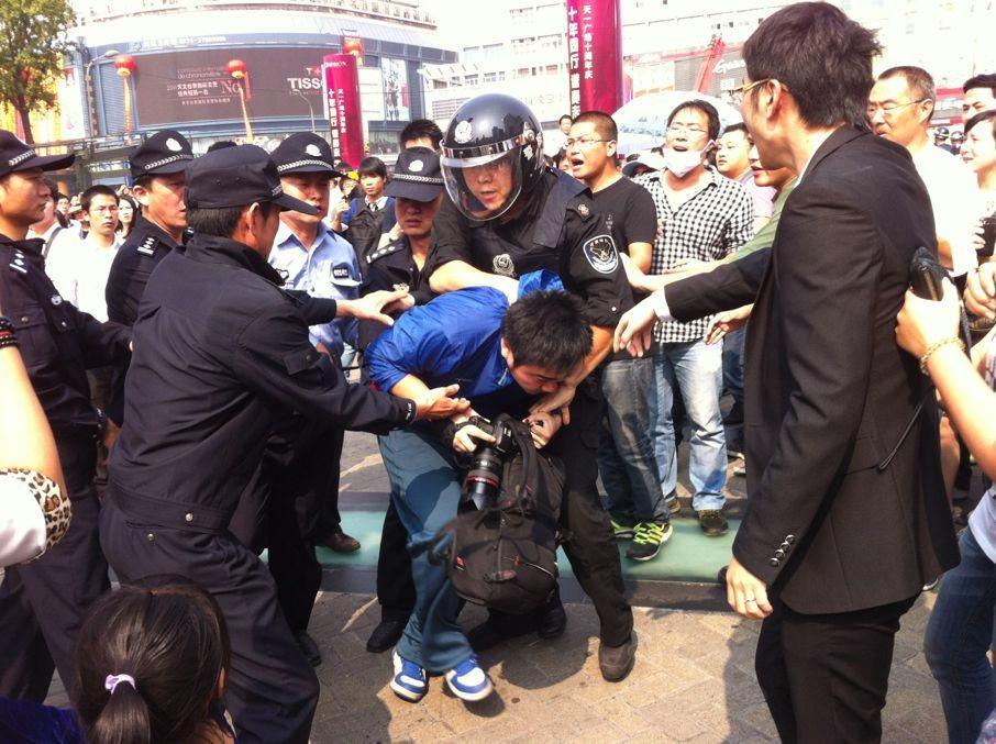 天一广场警察围抢单反相机内铁证.jpg